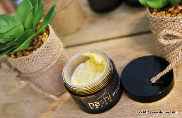 Adatto a tutti i tipi di pelle, contiene Vitamina E per contrastare i radicali liberi causa dell'invecchiamento cutaneo